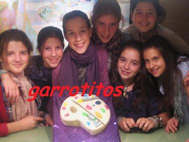 gaby, la futura dalí, con su tarta y sus amigas