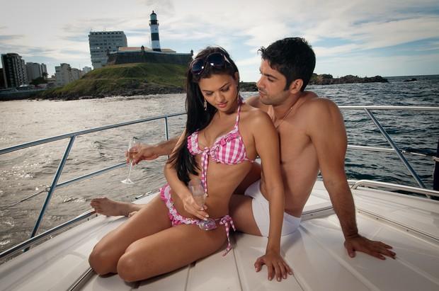 Kadu Parga posa ao lado de uma modelo em clima de romance