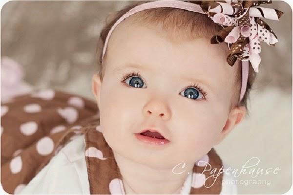 Bébé mignon fille au beau yeux bleu