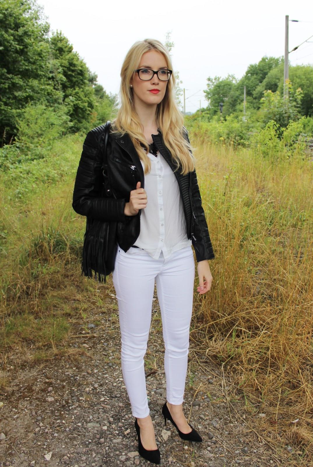 TheBlondeLion Outfit Allwhite white Leder Fransen Lederjacke Brille Statement kette