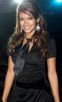 Shirley Arica vestida de negro y con corbata