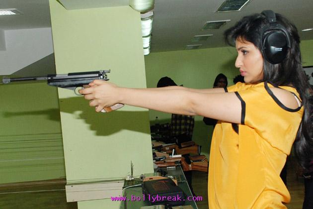 Parineeti Chopra shooting with Gun -  Parineeti Chopra In Yellow Top Shooting