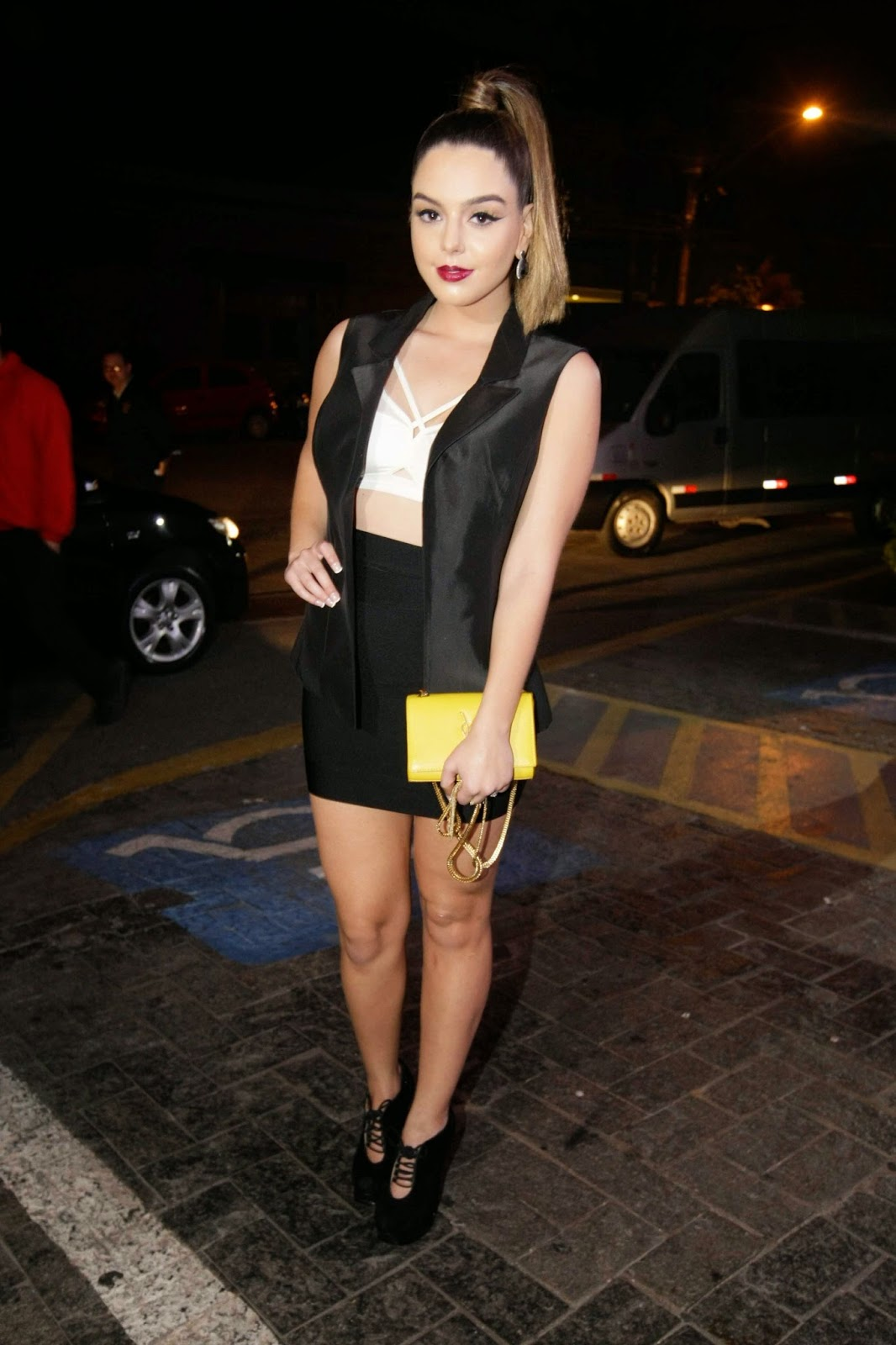 A atriz Giovanna Lancellotti usou um top ousado