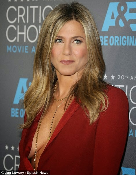 Jennifer Aniston displays big cleavage at 2015 Critics' Choice Awards photo 1