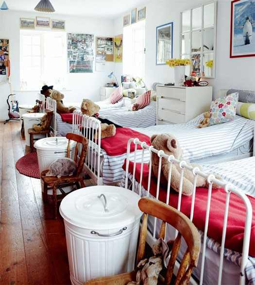 Ordinaire The Room Is Long And Narrow Which Makes It Perfect For Three Little Beds In  A Row. White Walls And A Floor Painted White Will Lighten Up The Room.