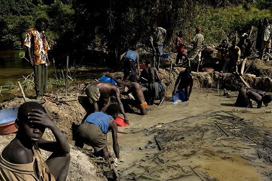 Tetesan Keringat dan Darah Anak Anak Kongo di Dalam Smartphone Mewah Kita