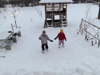 Szöveg: Indul a korcsolyázási-szezon! Kép:Két dzseki és sínadrág összeállításban gyerek áll háttal a fényképésznek egy eléggé havas korcsolyapályán. Az egyik gyerek sárga sapkás, piros kabátos, lilanadrágos. Hagyományos balerina korcsolyája van.  Amésik gyereknek mintás lilás sapkája, két színű lila kabátja és fekete sínadrágja. A lábán csatos, állítható korcsolya van.