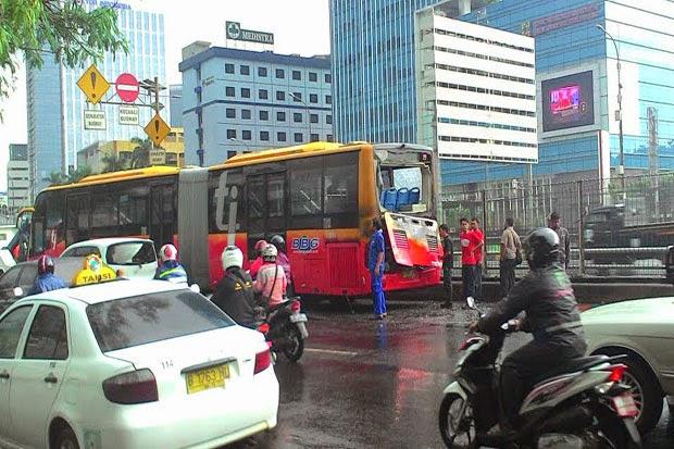 Bus TransJakarta Terbakar di Jalan Gatot Subroto depan RS. Medistra