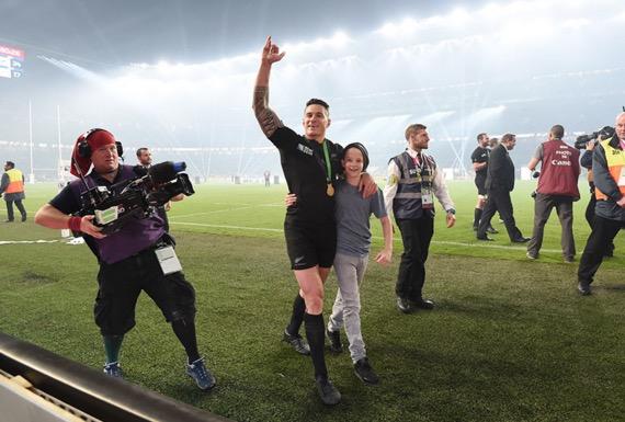 Sonny pemain All Blacks beragama Islam serah pingat Ragbi Piala Dunia Kepada Peminat