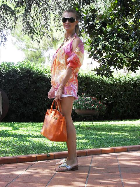 bellissima_miriam_stella_bionda_in_shorts_e_camicetta_estate_2011