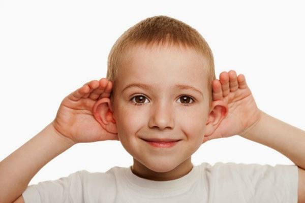 Otoplastia estética orelha em abano - garoto simulando orelha em abano