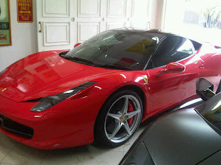 foto gambar mobil ferari dalam garasi