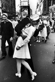 EL BESO EN TIMES SQUARE FIN SEGUNDA GUERRA MUNDIAL (01/09/1939 - 02/09/1945 (6 años, 1 día)).