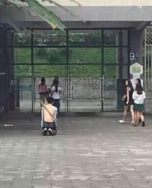 Man kneels for hours in front of GF's dormitory to ask for forgiveness