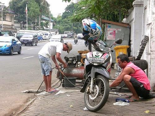 BENER GAK SIH!? Lebih Baik Ban Bocor Daripada Ketilang Polisi, tukang tambal ban, blogger tambal ban, istitute tambal ban