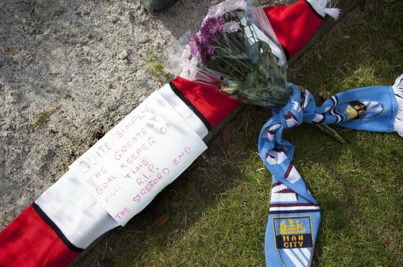 Man United fans' tribute to Man City legend Bert Trautmann