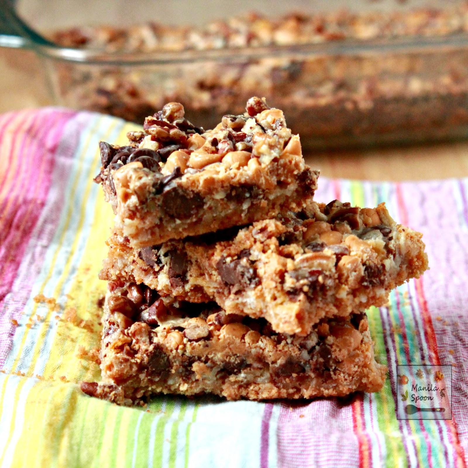 These cookie bars are truly so delicious and super easy to make!! With layers of graham crackers, coconut, pecans, butterscotch and choco chips -你的味蕾是一种美味的善待!