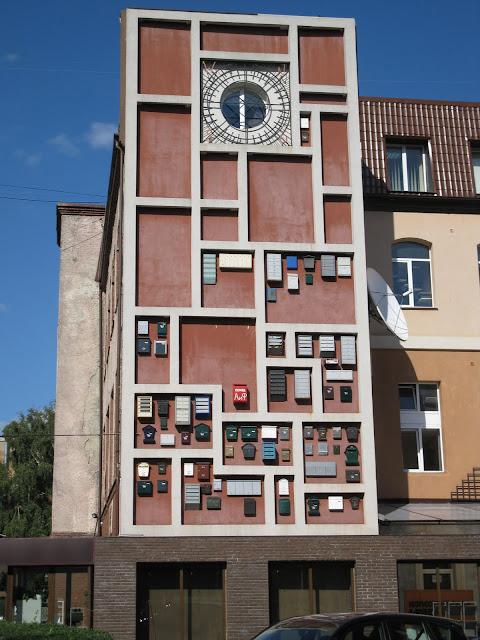 Почтовые ящики на стене