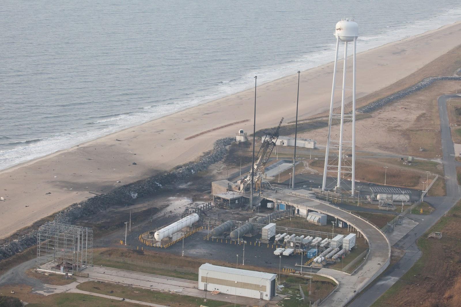 Một cái nhìn từ trên không được chụp vào ngày 29/10/2014 cho thấy bãi phóng Wallops sau khi xảy ra sự cố vào tối bữa trước. Bản quyền hình ảnh : NASA/Terry Zaperach.