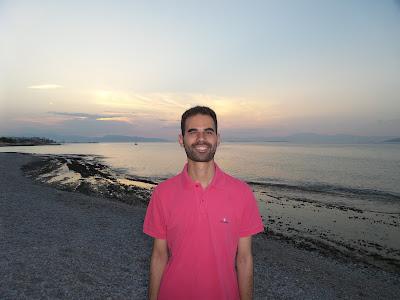 Ο Βαγγέλης Αυγουλάς με φόντο ηλιοβασίλεμα σε παραλία