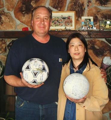 BAXTER (kiri) memegang bola sepak manakala isterinya menunjukkan bola tampar yang hanyut dari Jepun.