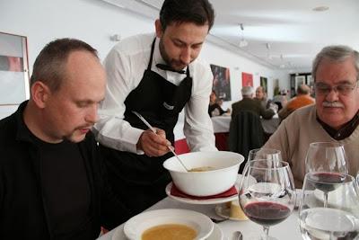 Sirviendo sopa de cocido en la Bodega Habla. Blog Esteban Capdevila