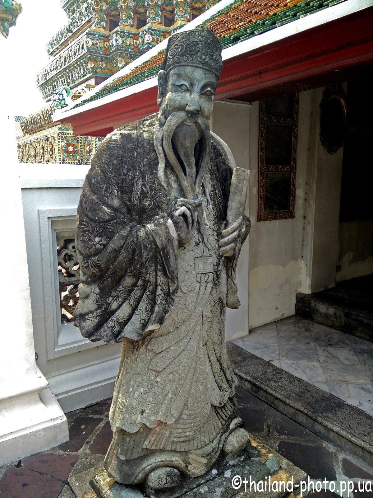 Камянная статуя монаха