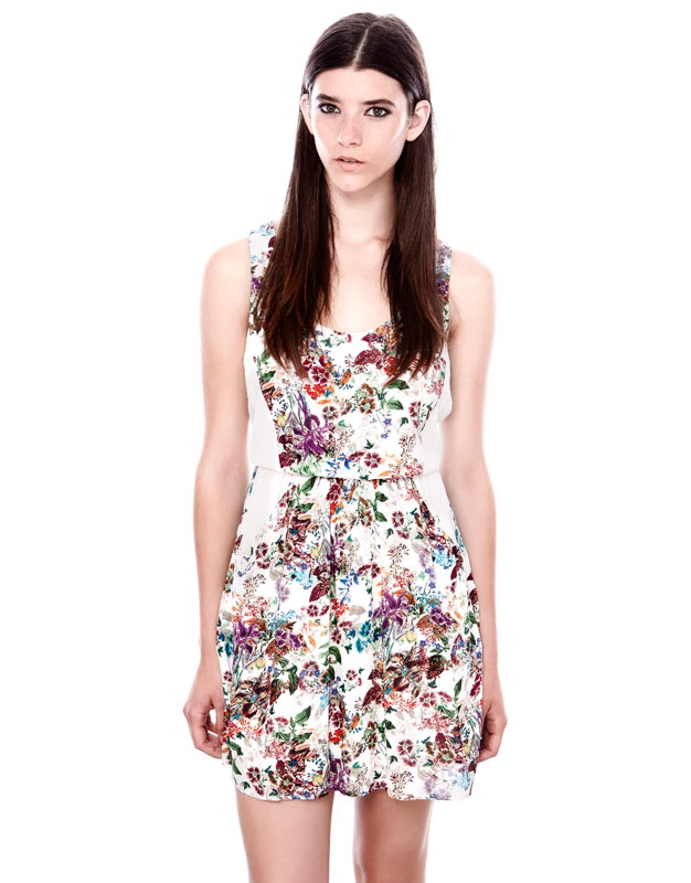 çiçek desenli kemerli kısa askılı elbise