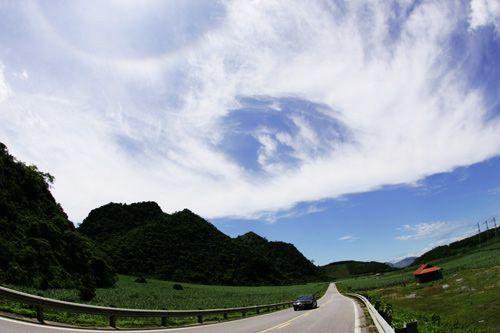 Kết quả hình ảnh cho Những thảo nguyên xanh ngắt với bầu trời kỳ diệu dọc đường mòn HCM của Thanh Hóa.