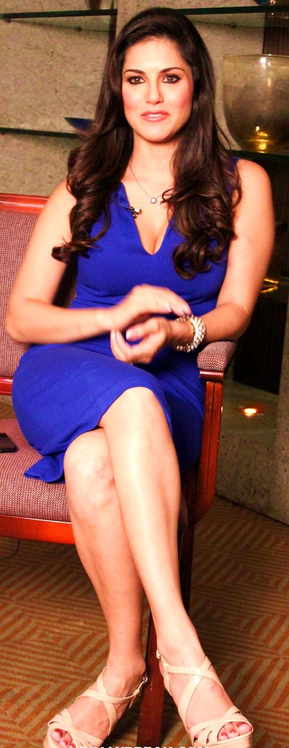 sunny leone promoting jism 2 in blue dress 4 Bollywood Actresses Oops and Panty Upskirts