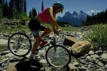 mujer andando en mountain bike en un paisaje bonito