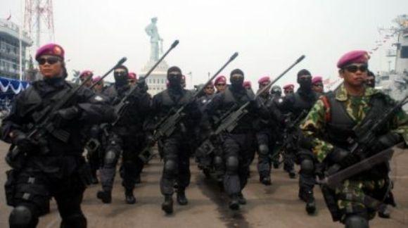 Pasukan khusus Intai Amfibi-1mengikuti defile pada Hari Armada