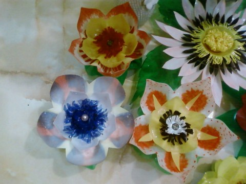 Цветы из донышек пластиковых бутылок мастер класс