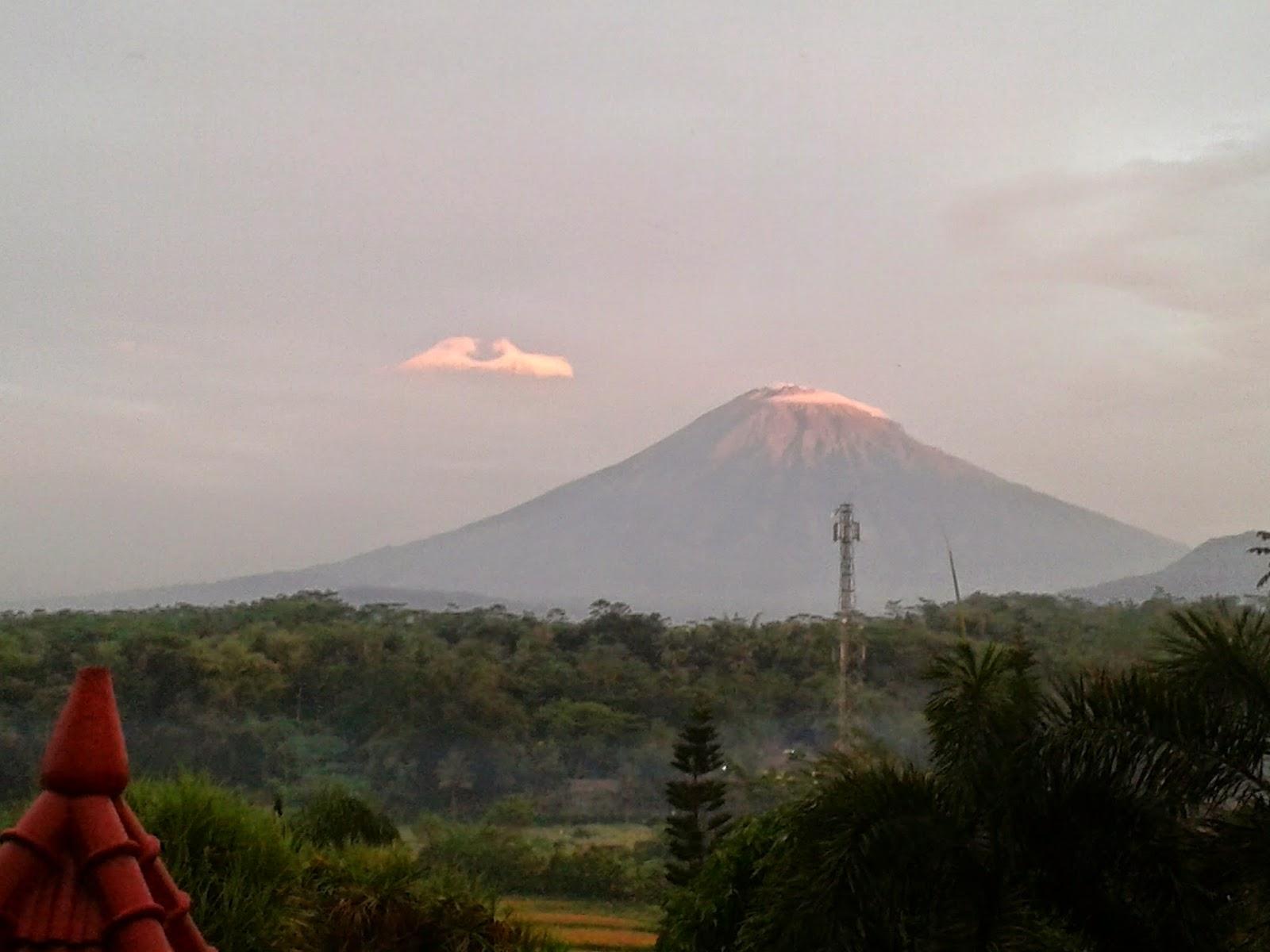 Gunung terlihat dari kejauhan