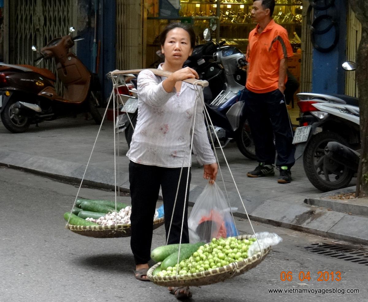 Độc đáo kinh doanh vỉa hè ở Hà Nội