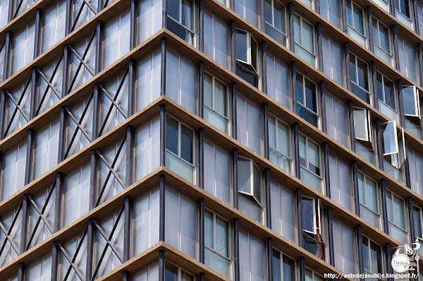 Paris 13ème - Tour Croulebarbe ou Tour Albert  Architectes: Édouard Albert, Robert Boileau, Jacques Henri-Labourdette.  Ingénieur: Jean-louis Sarf  Peintre (plafond): Jacques Lagrange  Construction: 1956 - 1960  premier gratte-ciel d'habitation parisien.