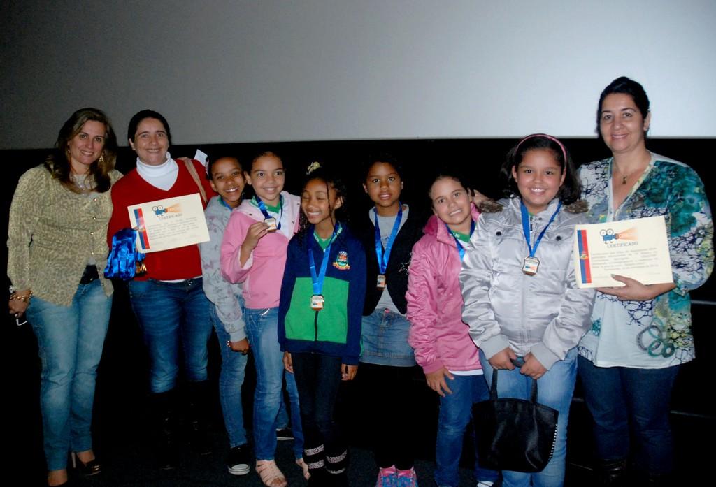 Bernadete Duarte, do Serviço de Tecnologias Educacionais, com alunos da Escola Hermínia Josetti: medalhas e certificados pela participação na Criacine 2012