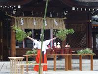 最後に巫女は神殿の笹の葉で勢いよく大釜の湯を散らした。