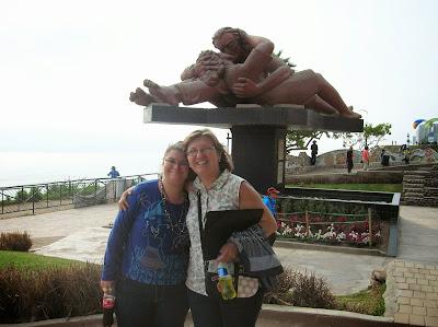 """""""El beso"""" de Viactor Delfín, Miraflores, Lima, Perú, La vuelta al mundo de Asun y Ricardo, round the world, mundoporlibre.com"""