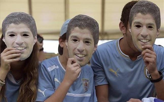 Máscaras con el rostro de Luis Suarez
