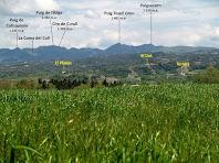 Vistes de la Serra de Curull i el Puigsacalm des de la zona de la depuradora de Santa Maria de Corcó-L'Esquirol