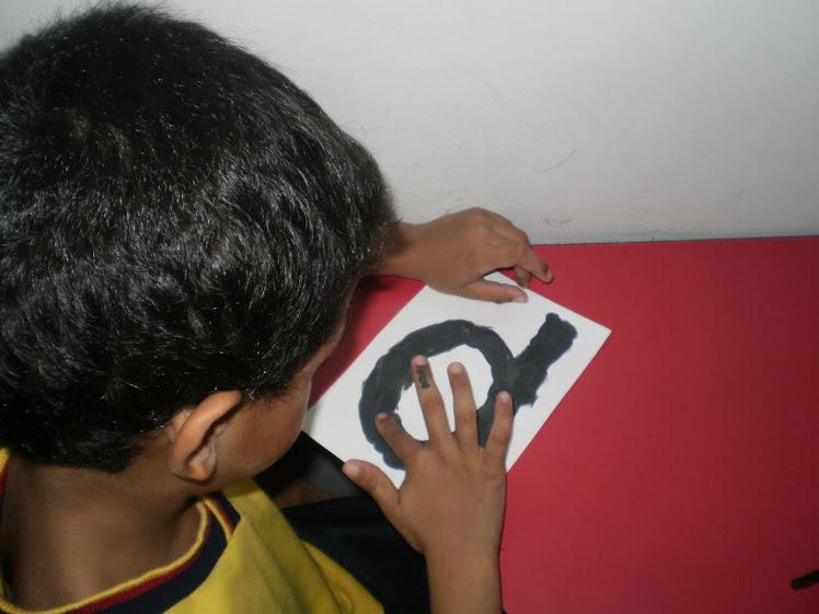 Mezclando colores para obtener el gris decoro la letra d