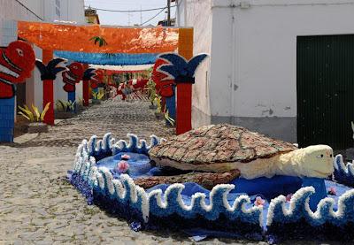 """شاهد رسومات وصور بطريقة """"قص ولزق"""" في احتفالات الورق بالبرتغال"""