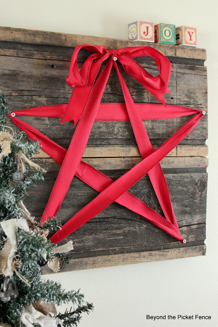 Christmas ideas, star, ribbon, barnwood, sign, http://bec4-beyondthepicketfence.blogspot.com/2015/10/its-beginning-to-look-lot-like.html