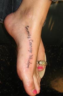 Tatuagens com letras no pé