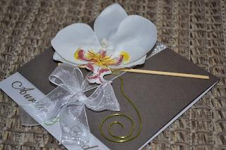 Faire,part taupe et blanc irisé avec une touche de vert anis orchidée