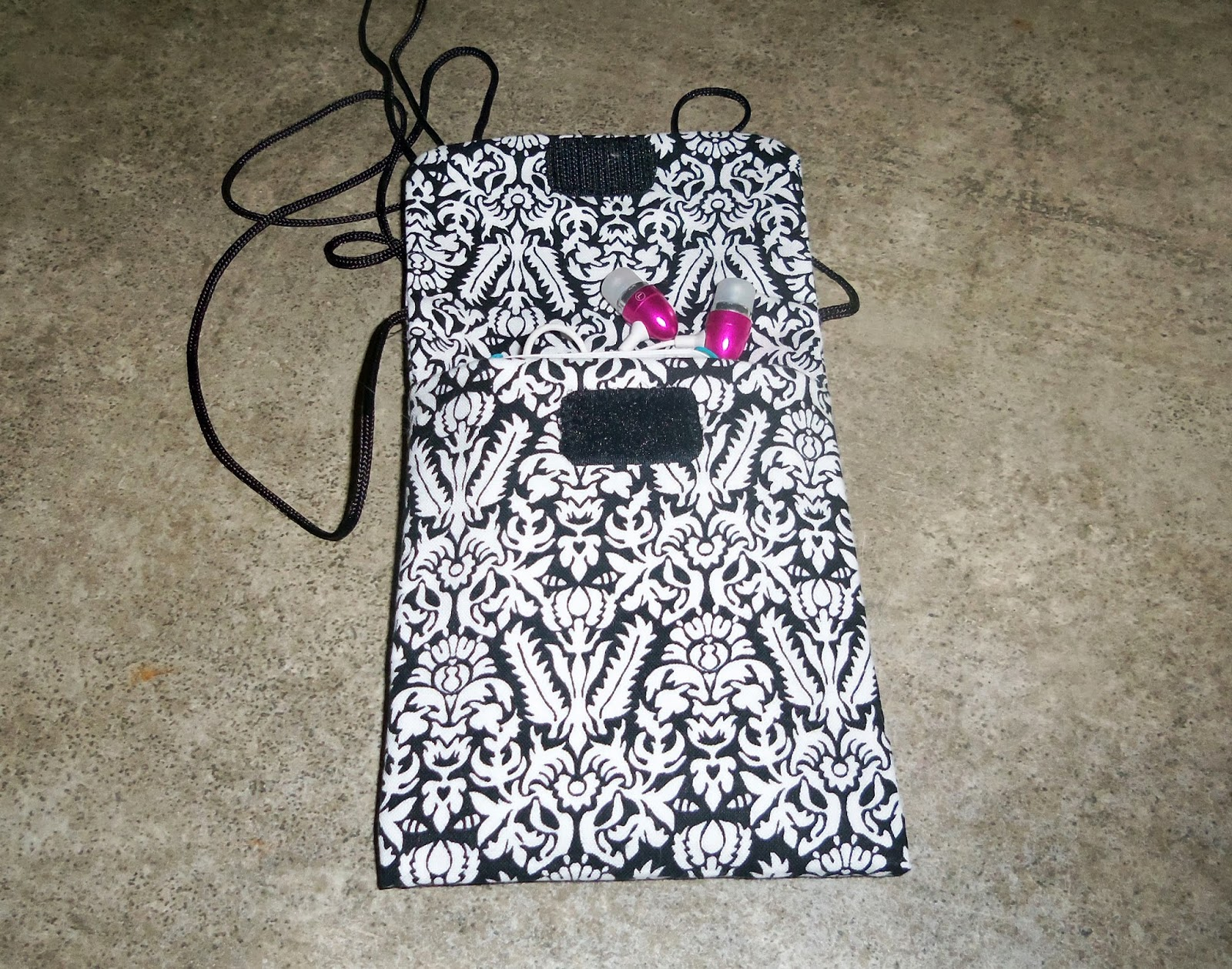 Quiltsmart Cell Phone Bag with Phone and Headphones