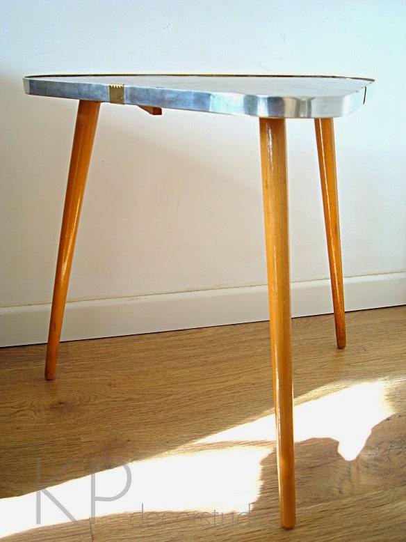Comprar mesita vintage triangular con patas inclinadas alemana años 60