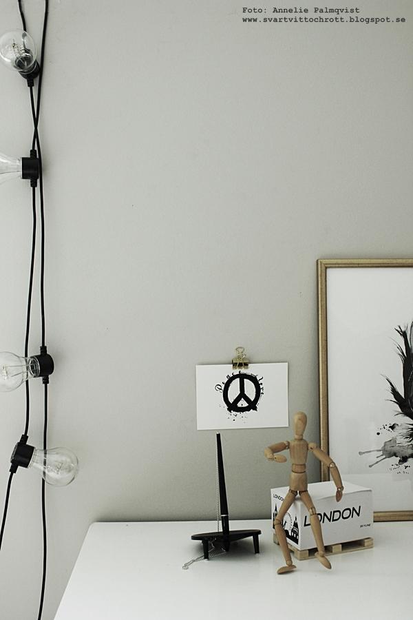 vykort, tips på upphängning, hänga upp tavlor, vykort, peace, svart och vitt, arbetsrum, arbetsrummet, på väggen, inredning, inredningsdetaljer, ljusslinga, ljusslingor, tposter, posters, print, prints, webbutik, webbutiker, webshop, nettbutikk, nettbutikker, plakater, inredningsbutik, inredningsbutiker, varberg, annelies design,