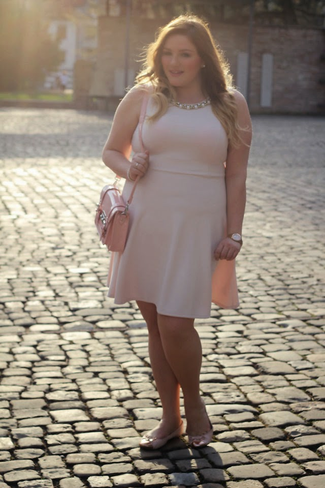 Rosa kleid outfit